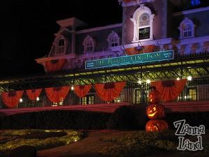 Magic Kingdom's entrance in Halloweenie splendor!