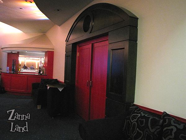 Wonders Lounge door